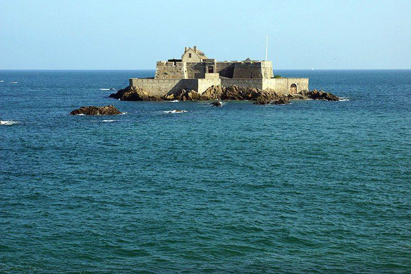 Saint-Malo : le fort National à Marée haute